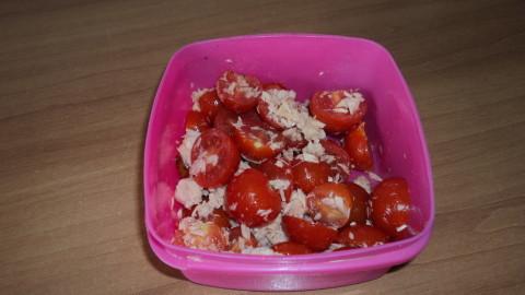 """lavare e tagliare il pomodorino a meta"""",metterlo in una ciotola con il tonno,l'olio d'oliva,sale e pepe,mescolare il tutto"""