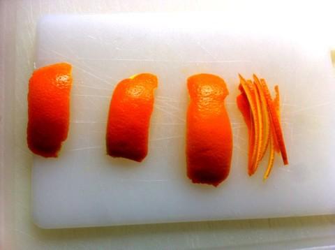 Tagliate la scorza di mezza arancia