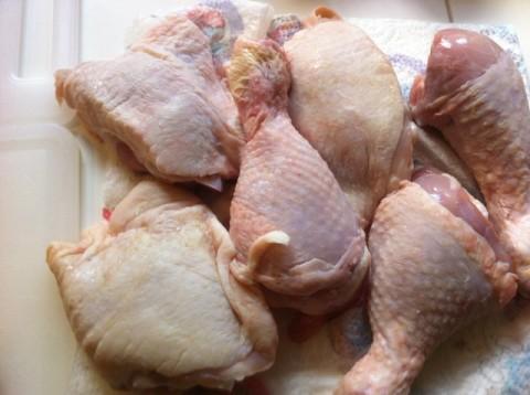 Fate scaldare una padella antiaderente e mettete a rosolare il pollo da ambo i lati.