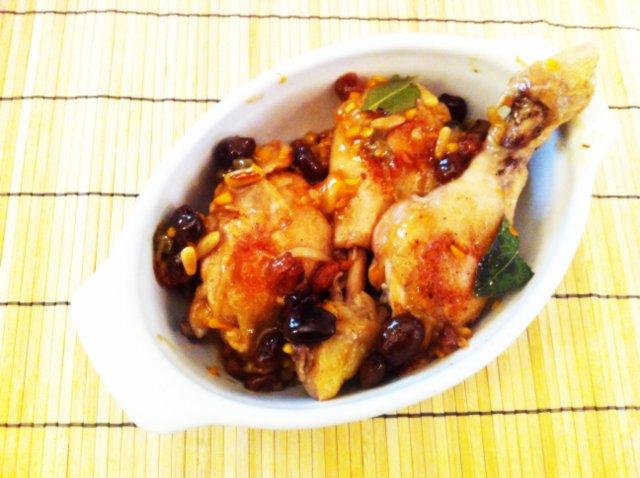 Il pollo in padella al profumo d'arancia è pronto per essere servito.