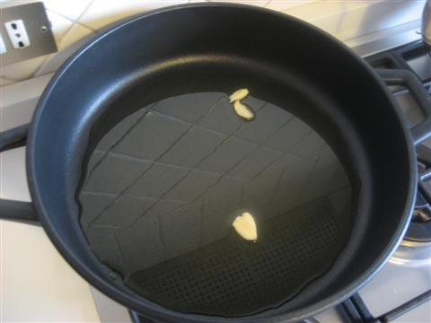 In un'ampia pentola far rosolare i 2 spicchi d'aglio, quando saranno imbionditi toglierli