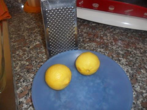 Intanto grattugiare la scorza di un limone grande oppure due piccoli conservandone il succo.