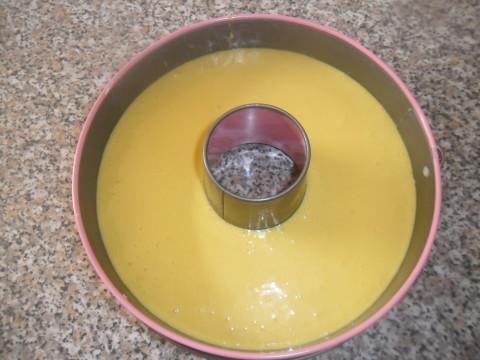 Versare il composto nella tortiera imburrata e cuore a forno ventilato prima sotto e poi sopra fino a giusta cottura a 170 gradi.
