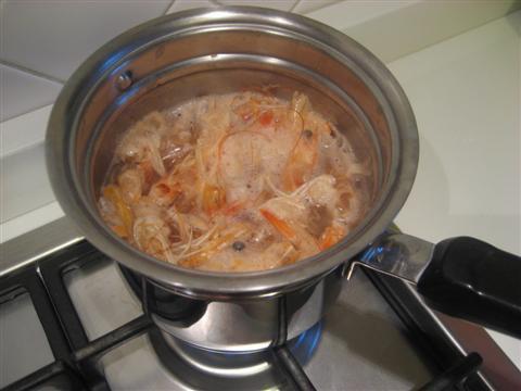 e aggiungere l'acqua fino a ricoprire il tutto. Cuocere per circa 25 minuti. Filtrare il fumetto (in modo da eliminare le pelli e le teste) e aggiustare di sale.