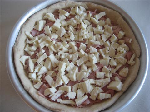 Fare lo stesso procedimento per la seconda focaccia con l'altra metà dell'impasto. Cuocere in forno già caldo a 180° per circa 50 minuti.