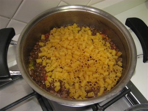 Versare la pasta e se necessario altra acqua calda.