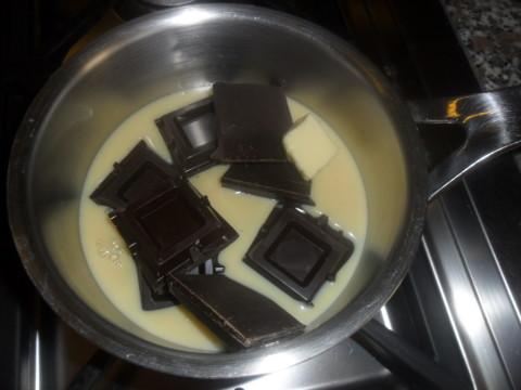 In una casseruola aggiungere il latte condensato, il burro (tenuto precedentemente a temperatura ambiente) tagliato a pezzetti e il cioccolato spezzettato.
