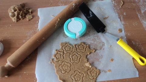 Trascorsi i 30 minuti prendere l'impasto tirare una sfoglia di circa 1\2 cm e con lo stampino ricavare i biscottini.
