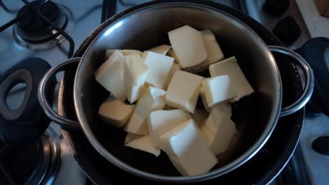 Spezzettare la cioccolata con il burro e metterli in una ciotola e sciogliere il tutto a bagnomaria mescolando di tanto in tanto.