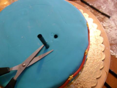 La cannuccia sarà più alta della torta...dobbiamo livellarla al dolce  tagliandola con una forbice.