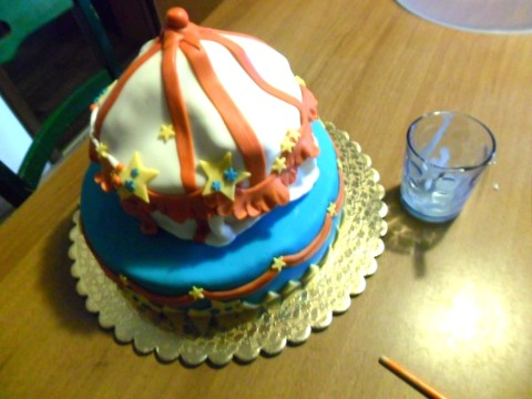 rendete la seconda torta (col nostro vassoietto che c'è...ma non si vede...) e adagiatela piano sulla prima torta (chiaramente la cannuccia centrale farà da perno...per non far muovere la torta.). Le cannucce e il vassoietto servono per scaricare il peso della torta...in modo che non crolli e si afflosci.