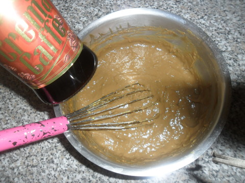 Quando sarà fredda, aggiungere a gradimento un cucchiaio di rum o liquore al caffè.