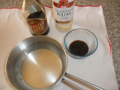 Portare ad ebollizione l'acqua con lo zucchero. Fate raffreddare e unire i liquori.