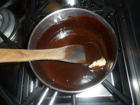 Io ho sciolto 200 gr di cioccolato fondente a bagno maria con un pò di latte e una noce di burro e ho versato il composto sulla torta.