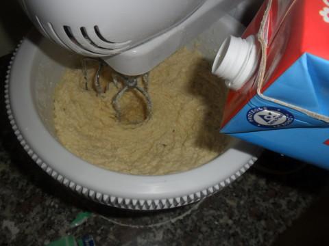 Il composto dovrà risultare non troppo duro e consistente. Quindi aggiungete all'incirca altri 20 ml di latte a filo e regolate la consistenza.