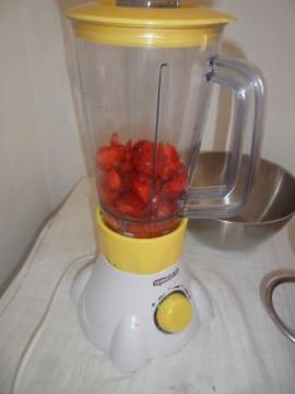 Lavare le fragole e fare una purea con un frullatore.