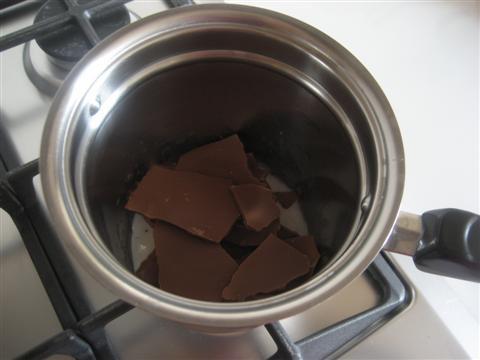 Sciogliere il cioccolato in un pentolino con un filo di latte a fiamma bassissima