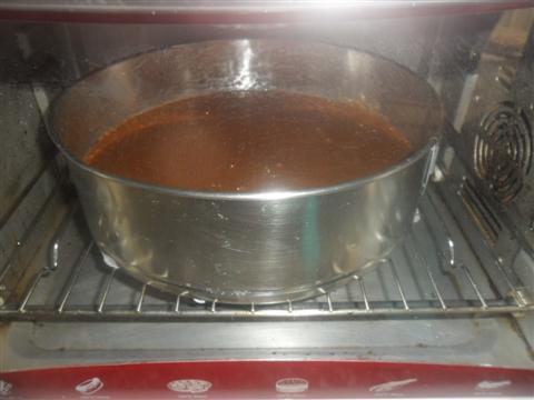Imburrare uno stampo a cerniera e cuocere a 175° per circa 1 ora. Spegnere il forno e lasciare la torta altri 5 minuti in caldo, trascorsi i minuti togliere la torta brigadeiro dal forno e farla freddare.