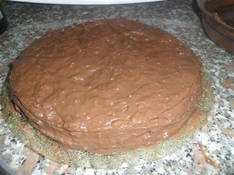 Chiudere la torta con l'altra metà e far aderire.