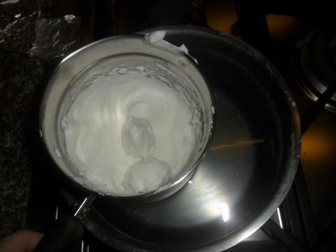 Montare gli albumi in una casseruola a bagnomaria con 2 cucchiai di zucchero a velo, montare a fuoco medio fino a quando lo zucchero sarà ben sciolto (circa 5 minuti).