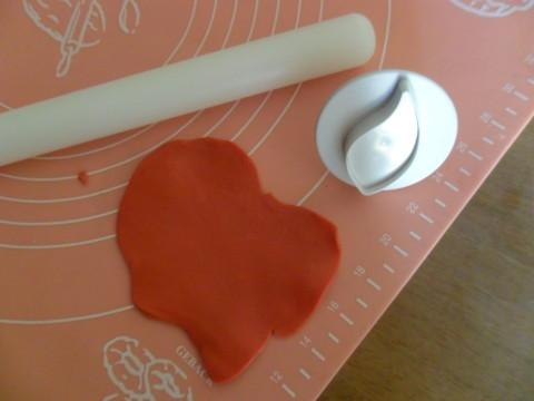 Stendete la pasta di zucchero da modelling col mattarello