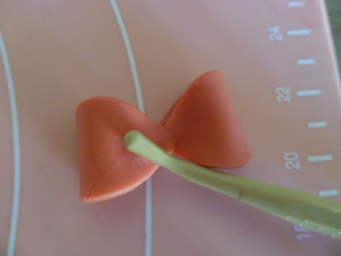 Unite le due foglie dalla punta e schiacciate il centro con l'attrezzino
