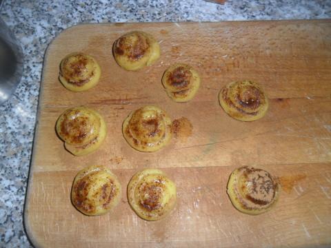 Cospargete la superficie con della cannella in polvere e dello zucchero di canna.