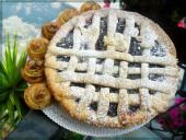 Ecco la nostra bella e morbida crostata :) di ciliegie se gradite cospargete di zucchero a velo.