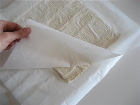 Prendere la pasta sfoglia e stenderla con il mattarello tra 2 fogli di carta da forno