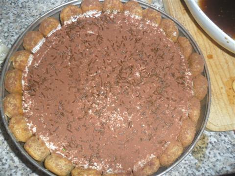 cospargere di cacao amaro e scaglie di cioccolata.