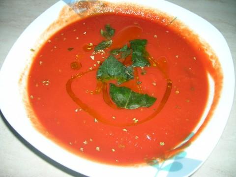 Condite la salsa di pomodoro con sale, origano, olio e qualche fogliolina di basilico.