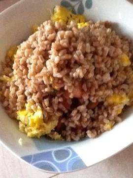Quando il farro è cotto, scolarlo e passarlo sotto il getto d'acqua fredda. Unire le uova strapazzate alle verdure e aggiungere il farro.