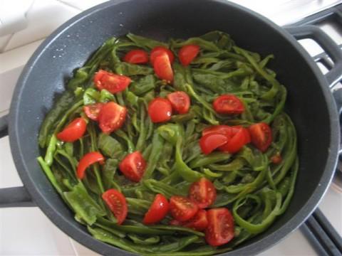 In un'ampia padella far imbiondire l'aglio schiacciato nell'olio, eliminarlo e aggiungere i peperoncini, cuocere per circa 5 minuti, aggiungere i pomodorini e aggiustare di sale, cuocere per altri 3 - 4 minuti. Se necessario aggiungere mezzo mestolo di acqua di cottura della pasta.