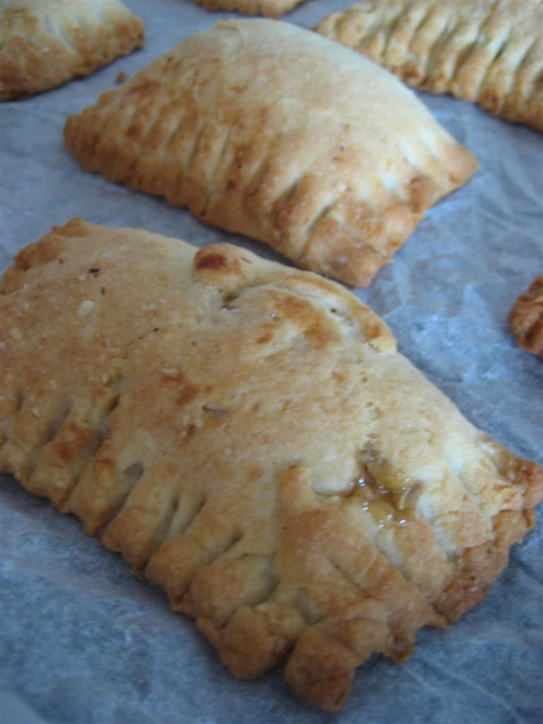 Cuocere in forno preriscaldato (ventilato) a 180° per circa 15 minuti, i Biscotti alla marmellata di limoni dovranno leggermente dorarsi