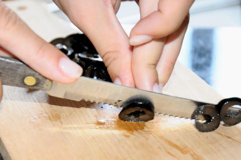 Tagliare le olive nere a rondelle