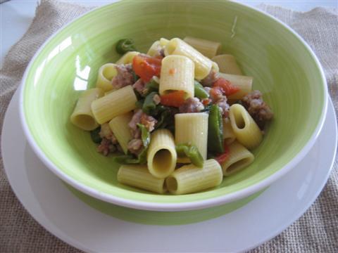 Pasta salsicce e peperoncini verdi pronti
