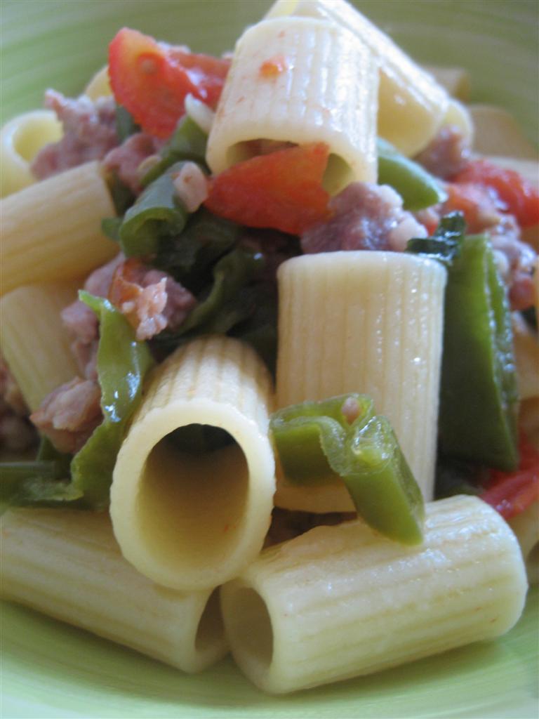 Pasta salsicce e peperoncini verdi presentazione