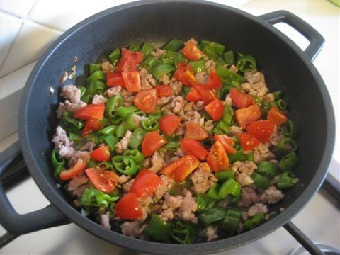 aggiungere i pomodorini precedentemente lavati e tagliati, cuocere per altri 2 minuti, spegnere il fuoco e aggiungere qualche foglia di basilico spezzettata.