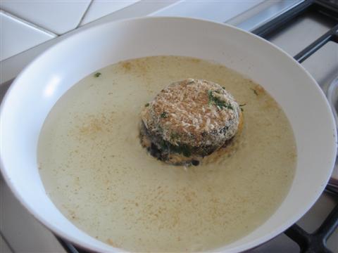 In una padella riscaldare l'olio e friggere le melanzane da entrambi i lati per circa 8 minuti (4 minuti per lato).