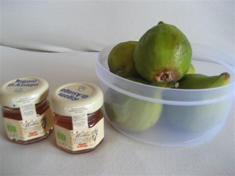 ingredienti della colazione ideale: ricotta, fichi, crudo e miele