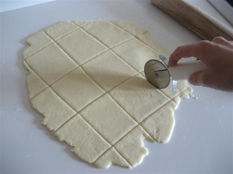 tagliare l'impasto creando dei rettangoli o quadrati