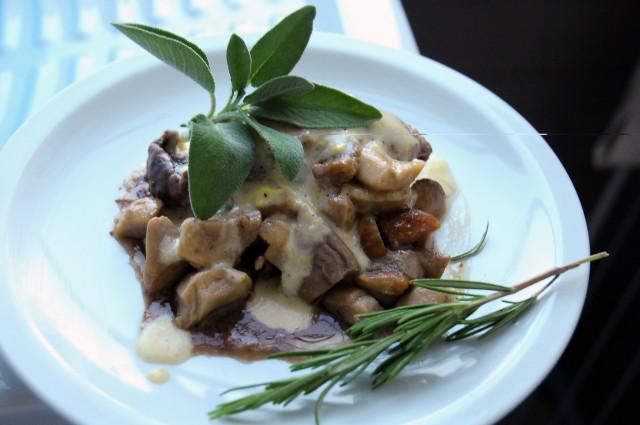 Impiattamento del filetto di manzo con porcini e fontina