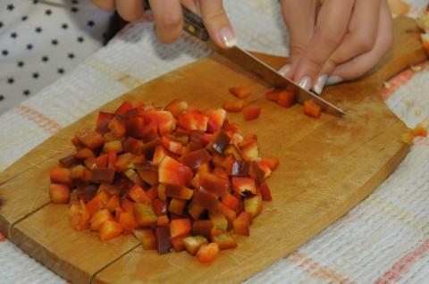 Per prima cosa lavate i peperoni e tagliateli a dadini