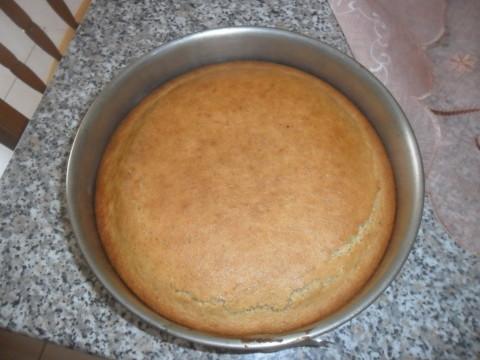 lasciarla leggermente intiepidire e spolverare la superficie con un pò di zucchero a velo.
