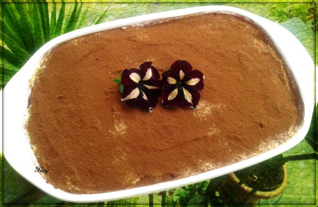 Cospargete la superficie di cacao. Lasciate in frigo almeno 5 ore prima di servire..