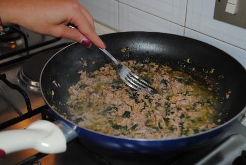 Mantecate il tonno con un po' d'acqua di cottura