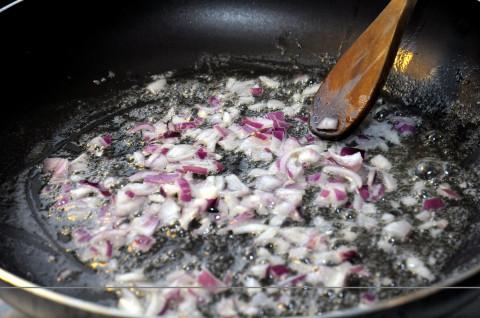 Soffriggere la cipolla