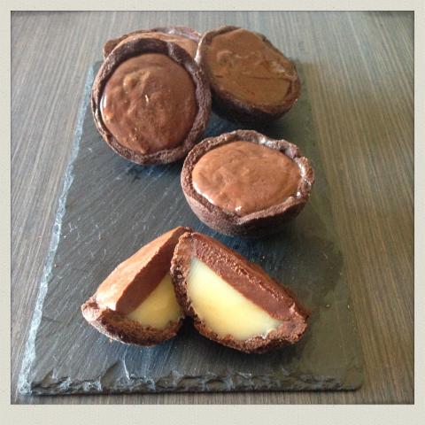 Tartellette al Cacao con caramello al burro salato e cioccolato presentazione