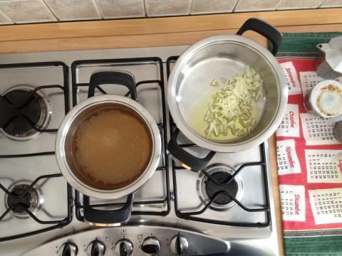 Soffriggere la cipolla e preparare il brodo