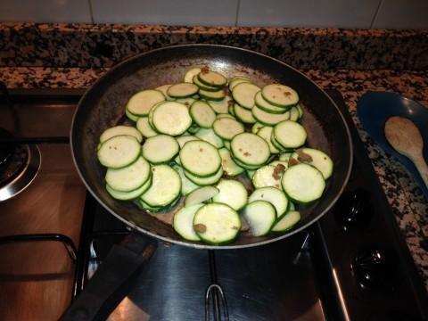 Tagliate le zucchine a rondelle e mettetele a cuocere con olio e dado classico